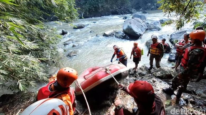 Tim SAR Cari Kuli Bangunan yang Hilang di Sungai Cicatih Sukabumi