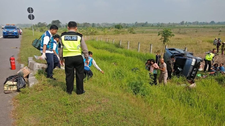 Mobil Rombongan Pemudik asal Bangkalan Kecelakaan di Tol Sumo