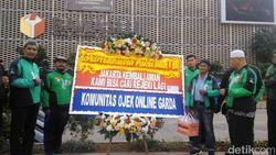 Driver Ojol Kirim Karangan Bunga ke TNI-Polri yang Jaga Aksi 22 Mei