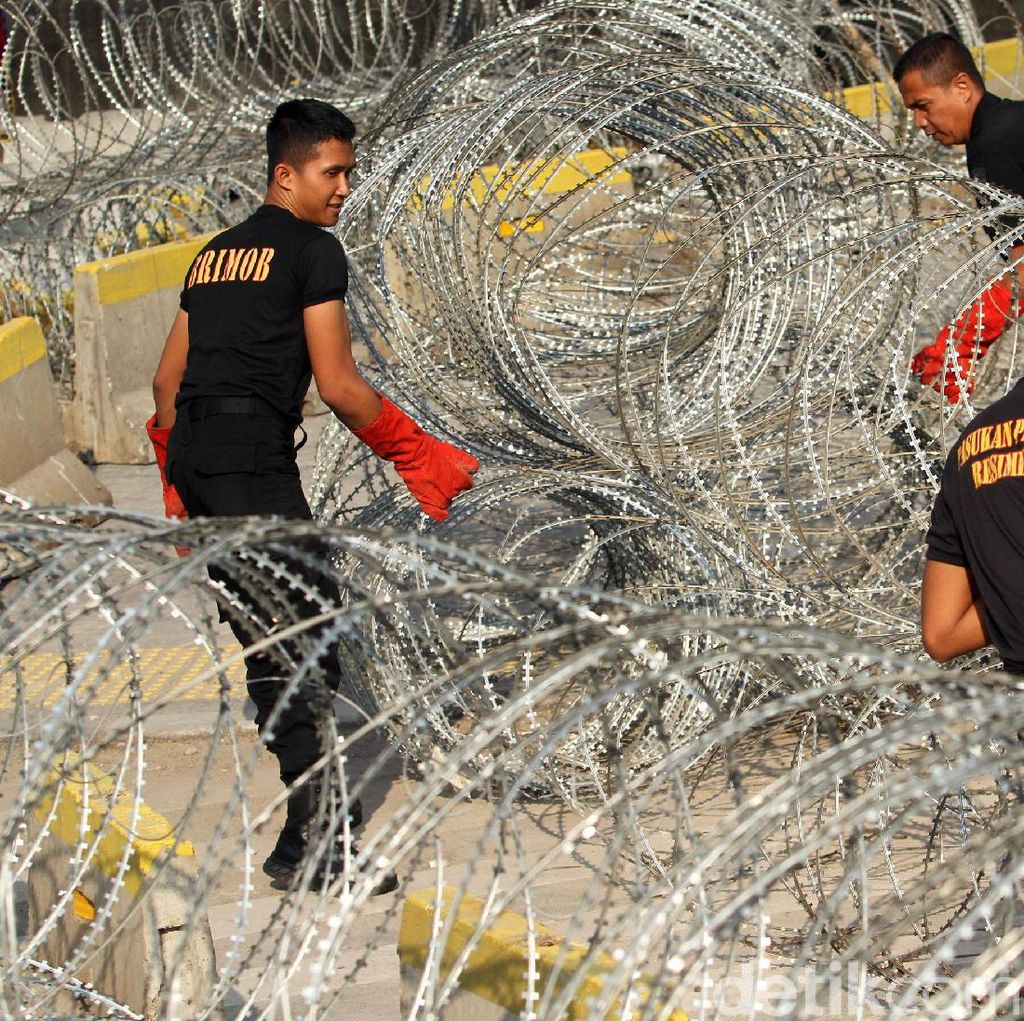 Kawat Berduri Ditarik, Jalan MH Thamrin Mulai Dibuka Sore Ini