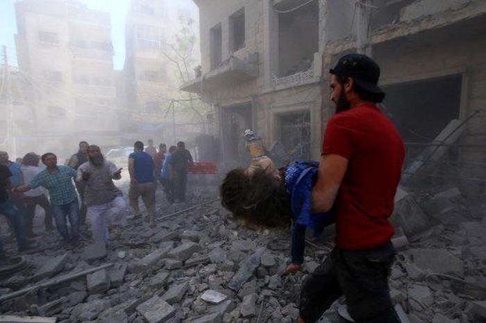 Kerusakan usai serangan udara yang tewaskan 12 warga di Suriah (Foto: Abd el-Aziz Qitaz / AFP)