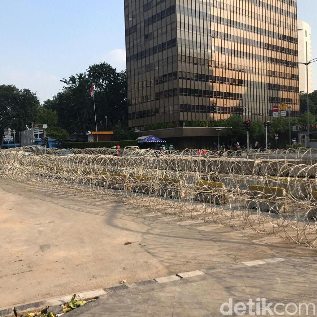 Jalan Thamrin Masih Ditutup, Sekitar Bawaslu Dipagari Kawat Berduri