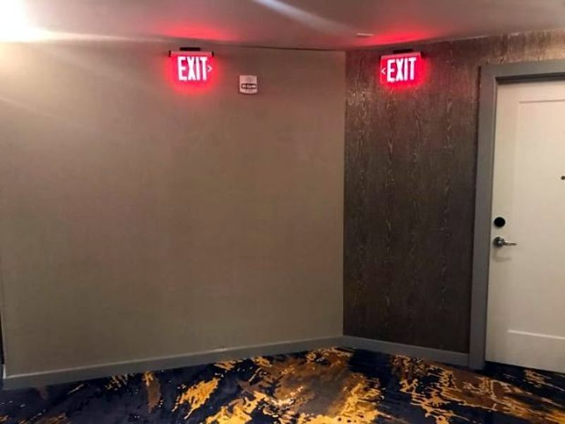 Di hotel ini, tanda pintu keluarnya justru dipasang tepat di atas tembok. Kalau begini, traveler keluar lewat mana? Menembus dinding? (dok. boredpanda)
