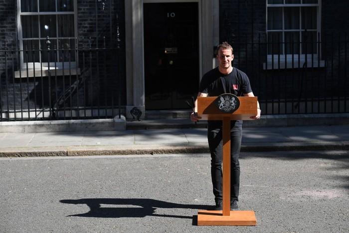 Tobius Gough, teknisi tampan yang mendadak viral menyusul pidato pengunduran diri PM Inggris Theresa May. (Foto: Leon Neal/Getty Images)