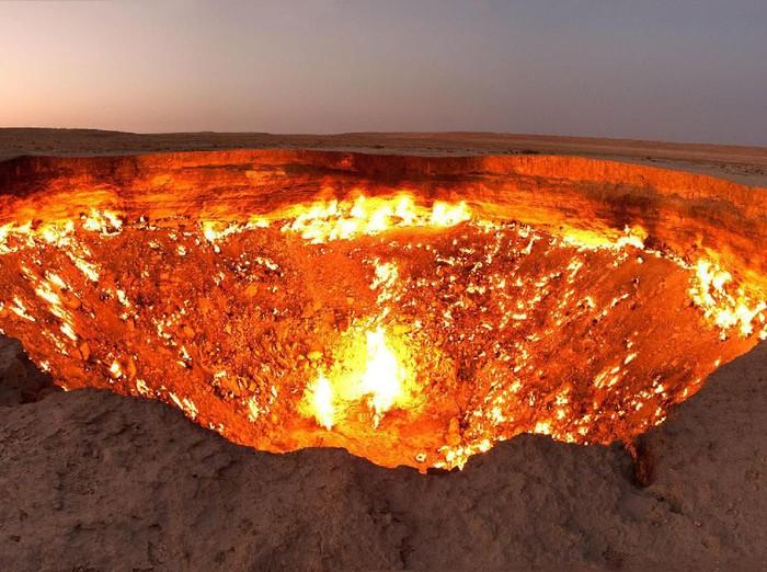 Padang pasir di kawasan Turkmenistan disebut area paling menyeramkan di bumi. Pasalnya di sana ada sebuah kawah gas yang dikenal dengan sebutan Gerbang Neraka.