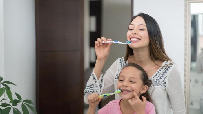 Menyikat gigi yang benar agar gigi tidak menjadi sensitif. Foto: iStock