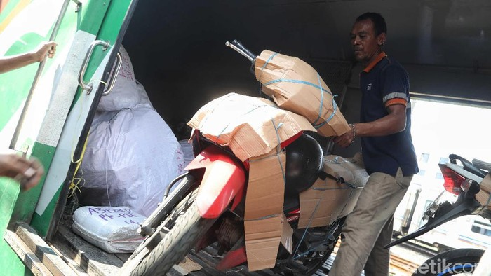 Permintaan pengiriman paket sepeda motor terus meningkat jelang Lebaran. Pengiriman via kereta api itu mengalami kenaikan dua kali lipat.