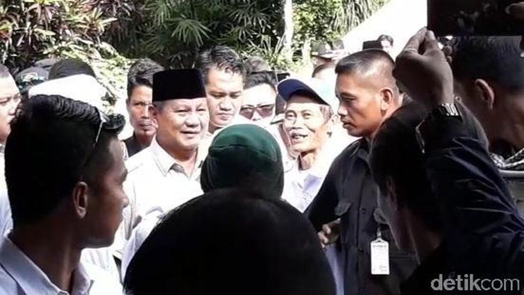 Prabowo Ziarah ke Makam Pak Harto Ditemani Anaknya