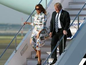 Jarang Terjadi, Melania Trump Pakai Baju Sama Setelah 16 Jam Terbang