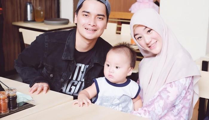 Wanita kelahiran Cirebon ini resmi dipersunting Muhammad Alvin Faiz pada 6 Agustus 2016. Kini keduanya sudah dikaruniai seorang putra yang diberi nama Yusuf Alvin Ramadhan. Foto: Instagram larissachou