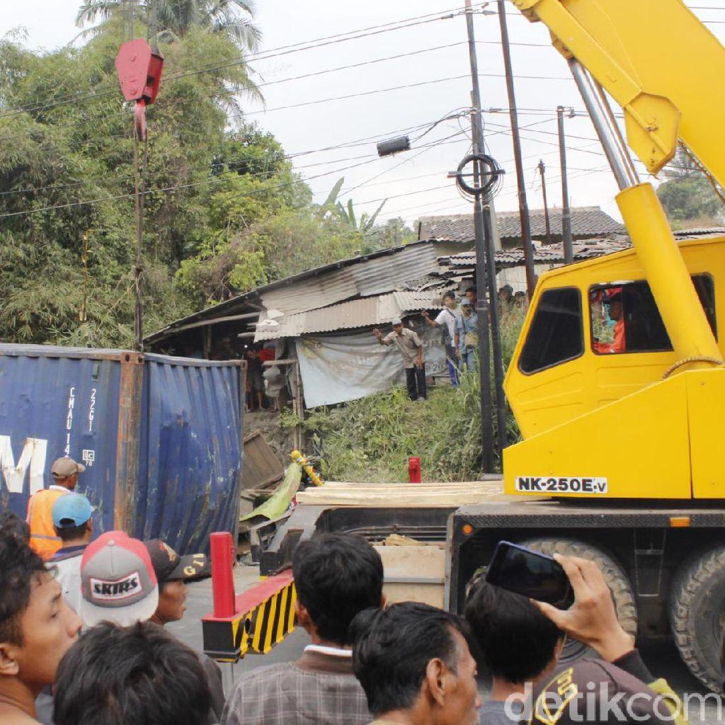 Detik-detik Evakuasi Jasad Sopir yang Terjepit 7 Jam di Kabin Truk