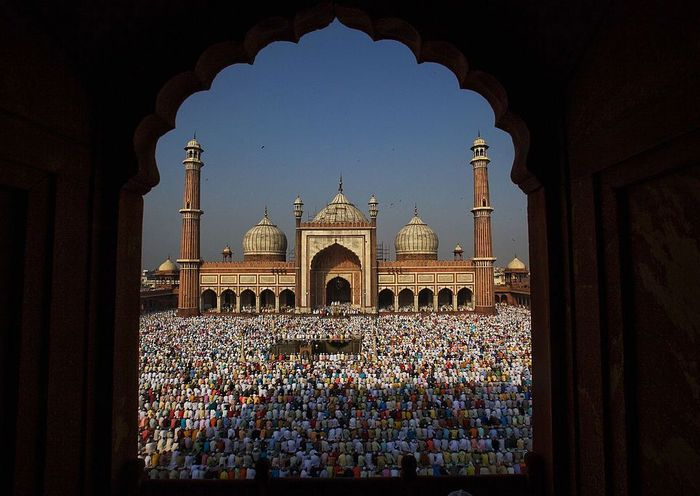 Masjid Jama dibangun pada tahun 1644 di masa pemerintaha Raja Shah Jahan. Pembangunan salah satu masjid bersejarah di India ini memakan waktu hingga 13 tahun dengan 5 ribu pekerja dikerahkan untuk membangun masjid ini. Daniel Berehulak/Getty Images.