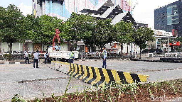 Separator beton yang dipakai untuk menutup Jl Thamrin mulai diangkat