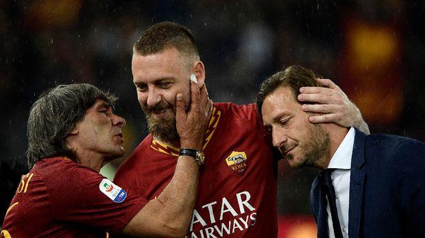 Daniele De Rossi ditemani mantan penyerang AS Roma Francesco Totti dan Bruno Conti saat berpamitan dari AS Roma. (