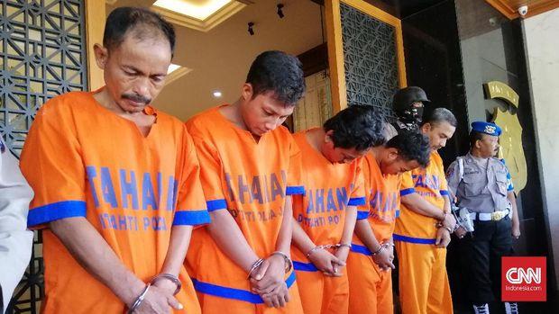 Lima orang yang sudah ditetapkan sebagai tersangka perusakan dan pembakaran Polsek Tambelangan.