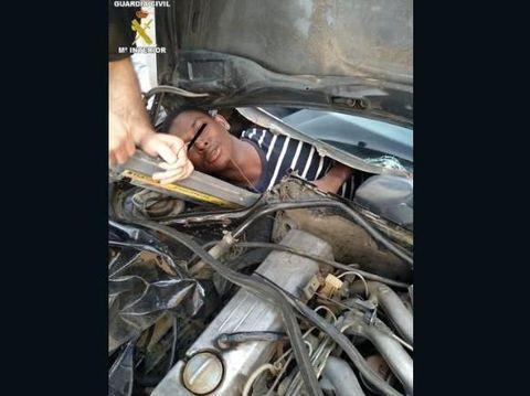 Imigran ilegal bersembunyi di dalam kompartemen khusus yang dibangun di balik dasbor mobil