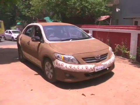 Toyota Corolla dilumuri kotoran sapi