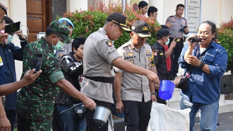 Polres Bogor Musnahkan Ribuan Botol Miras dan Petasan Jelang Idul Fitri