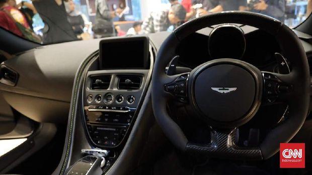 Bagian interior Aston Martin DBS Superleggera ditopang berbagai fitur terkini.