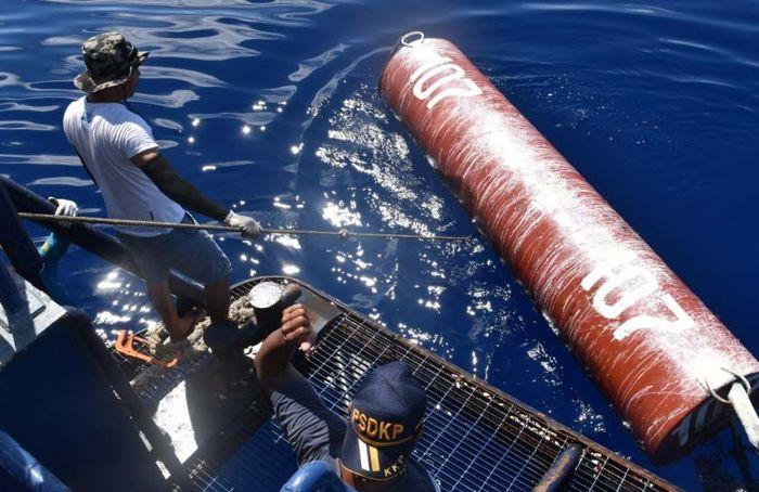 Rumpon-rumpon yang ditertibkan tersebut dipasang di perairan Indonesia tanpa izin dan diduga kuat dimiliki oleh nelayan asing. Pool/KKP.