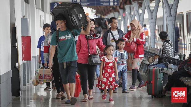 Rombongan keluarga di Stasiun Pasar Senen.