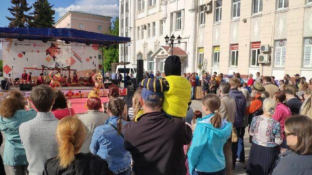 Masyarakat Ivanovo menyaksikan penampilan Tim Kesenian KBRI Moskow