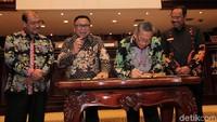 Oesman Sapta Odang dan Moermahadi Soerja Djanegara menandatangani Laporan Hasil Pemeriksaan atas Laporan Keuangan (LKPP) Pemerintah Pusat Tahun Anggaran 2019.