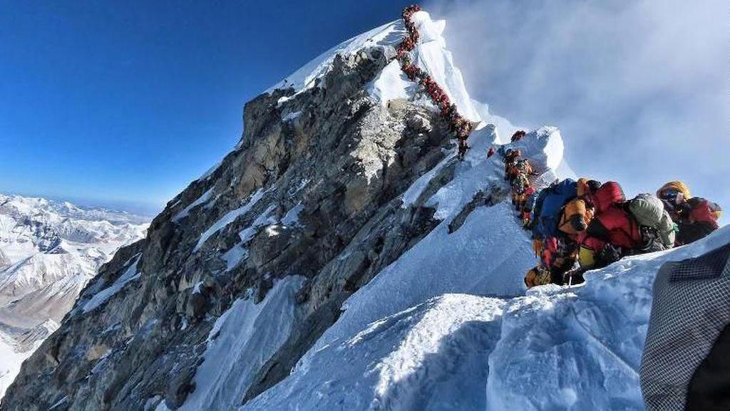 Mendaki Puncak Everest Kini Seharga Nyaris Rp 500 Juta