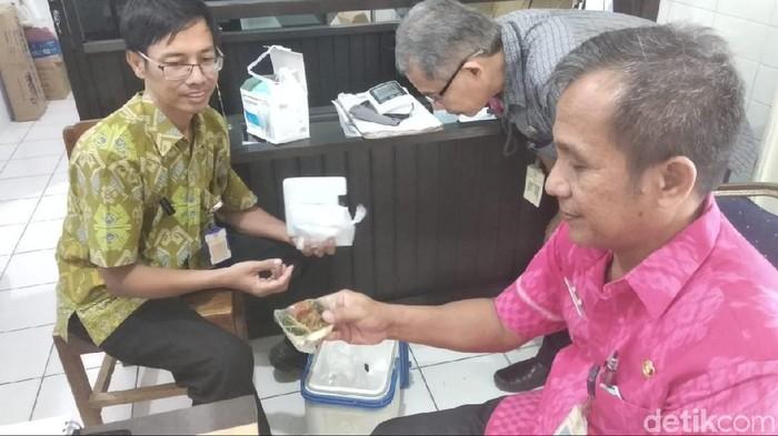 Keracunan massal terjadi di Wonogiri usai makan ayam kremes. Foto: Aris Arianto/detikcom