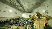 Mengintip Salat Tarawih di Masjid Terdalam Dunia