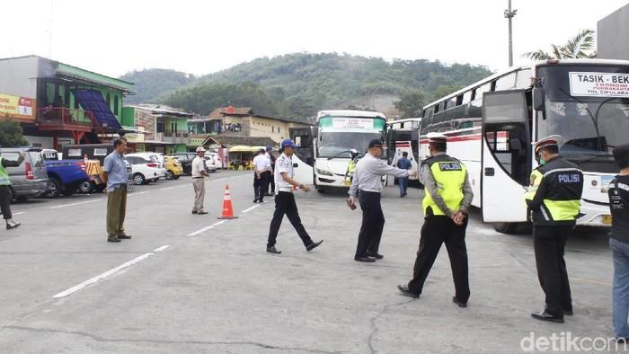 Petugas gabungan melaksanakan pengecekan angkutan umum di Tol Purbaleunyi. (Foto: Yudha Maulana/detikcom)