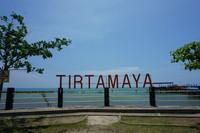 Pantai Legenda Tirtamaya di Indramayu, menawarkan pantai yang asyik dengan demburan ombak tenang. Traveler juga bisa menikmati seafood lezat di pinggir pantai (dok LMS)