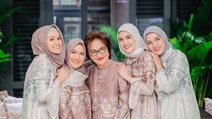 Gaya Hijab Shandy Aulia Saat Bukber Keluarga