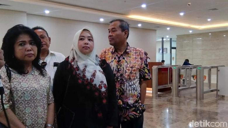 Ditemani Jubir BPN, Istri Mustofa Nahra Besuk Suami di Tahanan
