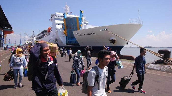 Pemudik kapal laut. (Foto: ANTARA FOTO/Didik Suhartono)