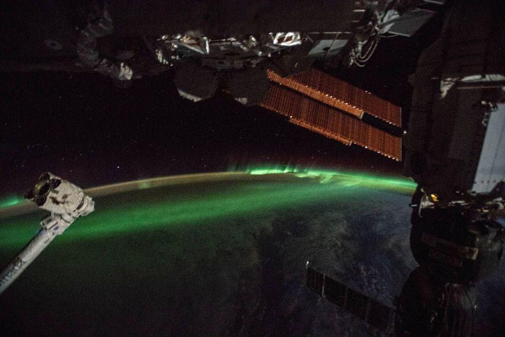 Jepretan aurora australis yang dijepret astronot dari International Space Station (ISS) di atas lautan Hindia Selatan. Foto: NASA