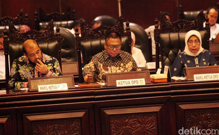 Sidang paripurna dipimpin Ketua DPD Oesman Sapta Odang dengan didampingi ketiga wakilnya Nono Sampono, Darmayanti Lubis, dan Ahmad Muqowam.