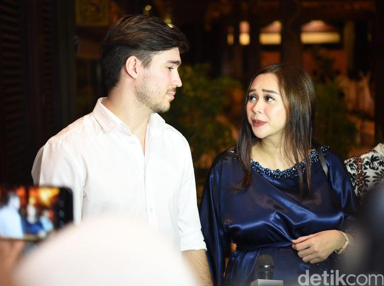 Aura Kasih dan Eryck Amaral saat ditemui di kawasan Senayan, Jakarta Pusat pada Senin (27/5) malam. Pool/Noel/detikFoto.