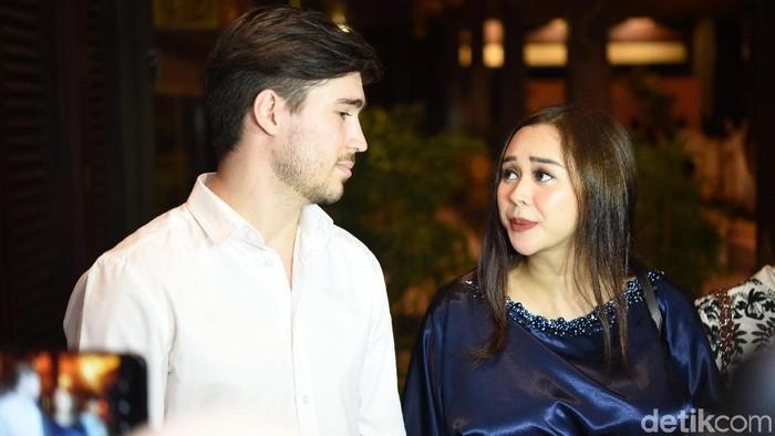Aura Kasih dan suami saat ditemui di kawasan Senayan.