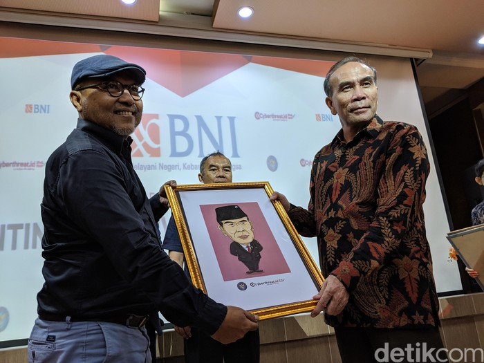 Kepala BSSN Hinsa Siburian sebelah kanan. Foto: detikINET/Agus Tri Haryanto