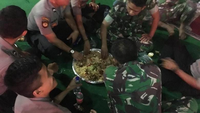 Selesai Amankan Jakarta Pascaaksi, TNI-Polri Kompak Bukber di Jakbar