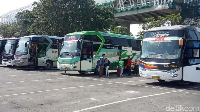 Bus masih menjadi andalan masyarakat untuk mudik ke kampung halaman. Menjelang Lebaran, terminal bus diserbu pemudik, Terminal Kampung Rambutan salah satunya.