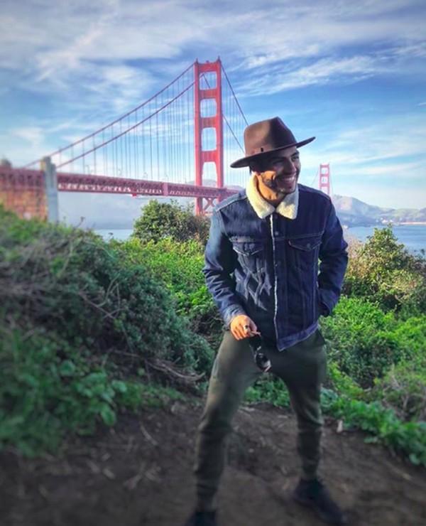 Senyum menawannya dengan latar Golden Gate Bridge di San Fransisko. (menamassoud/Instagram)