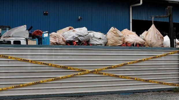 Tumpukan sampah plastik di pabrik daur ulang ilegal di Jenjarom, Malaysia