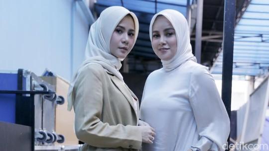 Gaya Kompak Olla dan Cynthia Ramlan dengan Hijab