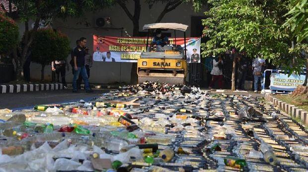 Total ada 17.888 botol miras yang dimusnahkan polisi.