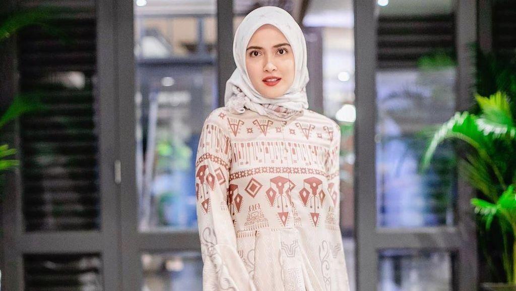 Gaya Hijab Shandy Aulia Saat Bukber Keluarga Meski Beda Agama