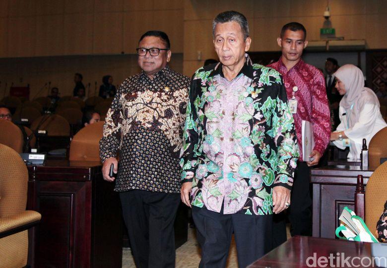 Ketua DPD Oesman Sapta Odang didampingi Ketua BPK Moermahadi Soerja Djanegara memasuki ruang sidang paripurna di Nusantara V, Kompleks Parlemen, Senayan, Jakarta, Selasa (28/5/2019).