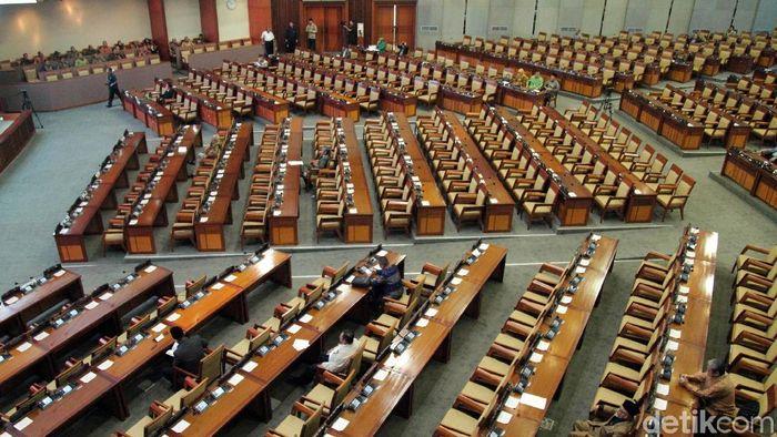 DPR resmi membuka rapat paripurna yang membahas tiga agenda sekaligus. Namun hanya 81 orang dari 560 anggtoa DPR yang hadir di rapat itu.