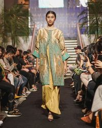 Koleksi Busana Lebaran 2019 'Tirta Kirana' dari Svarna by IKAT Indonesia rancangan Didiet Maulana. (Foto: Dok. IKAT Indonesia)